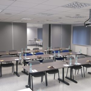Sala szkoleniowa przygotowana do konferencji